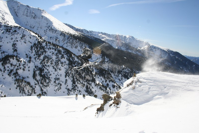 We prepare packages that include the lodgging in half board accommodation and skipasses at Grandvalira ski resort.